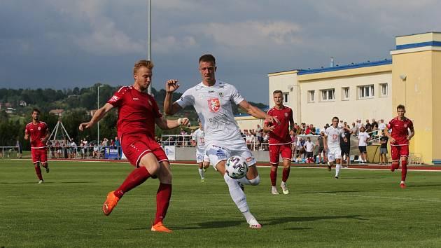 DERBY. Fotbalisté Hradce Králové porazili Chrudim 2:0. Utkání se hrálo v Holicích.