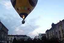 Nouzové přistání horkovzdušného balonu v centru Hradce Králové.