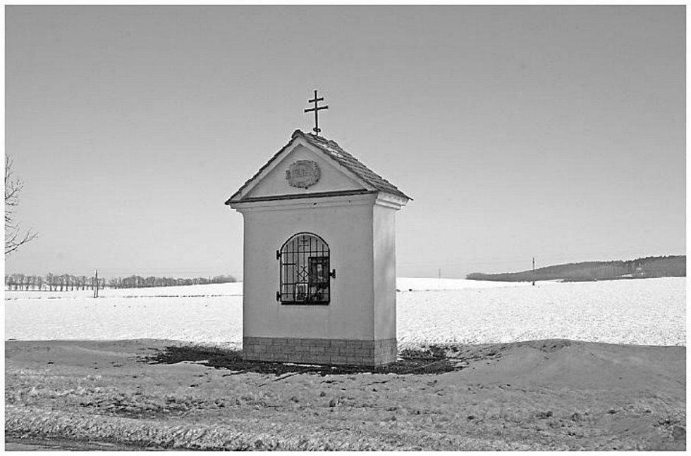 První písemná zmínka o vsi pochází z roku 1359. Mezi památky obce patří barokní kaple, socha Svatého Václava, kaple Panny Marie a bývalý zámek (dnes slouží jako domov důchodců).
