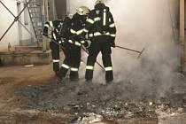 Ve Smiřicích hořely plechovky od barvy.