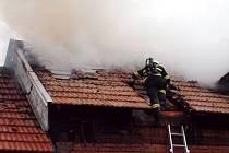 Požár slámy a dřeva v zemědělské usedlosti v Černilově se zasažením střechy objektu.