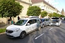 Tři osobní auta se srazila v centru Hradce Králové.