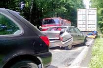 Dopravní nehoda dvou osobních automobilů a jednoho nákladního vozidla na silnici I/35 mezi Hradcem Králové a Býští.