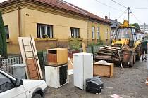 Bludovice, červen 2009. S likvidací povodňové zkázy pomáhají i přátelé postižených rodin