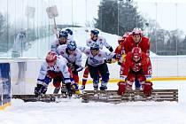 Hokejbalisté Pardubic a Hradce Králové na ledě.