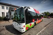 Dopravní podnik města Hradce Králové děkuje Hradečanům a všem v první linii polepem trolejbusu.
