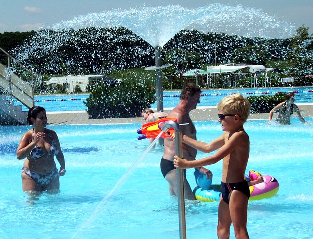 Příjemné osvěžení o víkendu zájemcům nabízelo také koupaliště v Lodíně nedaleko Nechanic