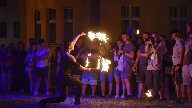 Divadelní festival je svátkem umění všeho druhu. V pátek si mohli návštěvníci užít třeba i ohnivou show.