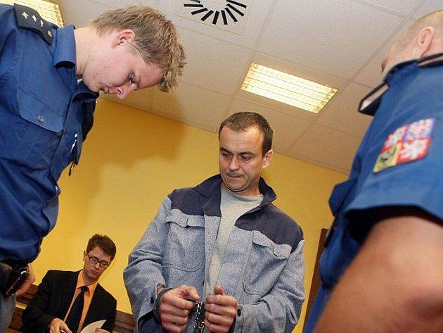 Před senátem stanul Zdeněk Lang obžalovaný ze sexuálního zneužití nezletilé a vydírání