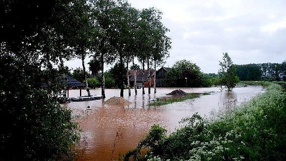 Zaplavené hřiště v Ohnišťanech.