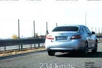 Vozidlo jedoucí po dálnici D11 rychlostí 234 km/h.