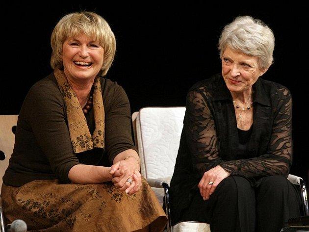 Vítězkou loňského ročníku ankety Šarmantní osobnost roku se stala herečka Eliška Balzerová (vlevo, na snímku s Janou Štěpánkovou), která bude předávat cenu letošnímu držiteli prestižního titulu.