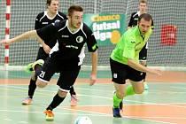 Futsalisté Hradce Králové (v černém) v akci.