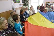 Děti z chlumecké Mateřské školy U Zámku v místním domově důchodců.
