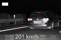 Po dálnici jel více než dvousetkilometrovou rychlostí. Policistům však neujel.