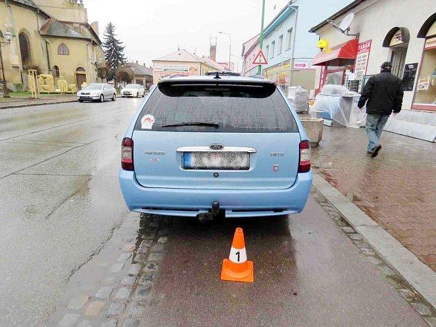 Osobní autoomobil po střetu se srnou na Klicperově náměstí vChlumci nad Cidlinou.