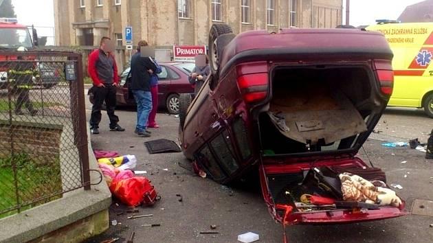 Dopravní nehoda ve Spojovací ulici ve Svobodných Dvorech v Hradci Králové.