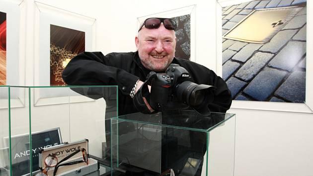 Známý trutnovský fotograf Jiří Jahoda je prvním autorem, který vystavuje v nově otevřené Galerii Oko. Vznikla v pasáži v ulici Na Struze v Trutnově a od včerejška nabízí možnost setkat se s uměním předních východočeských fotografů a malířů.