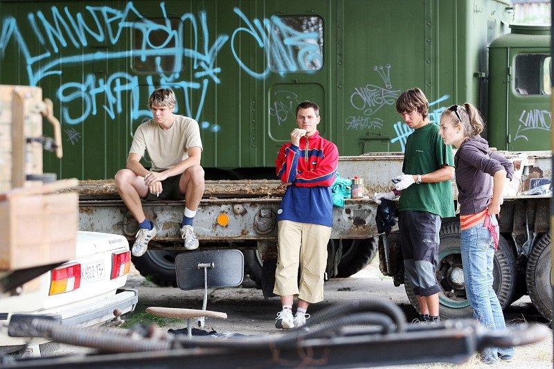 Hip hop kemp 2008. Východočeský klub přátel vojenské techniky odhaduje škodu způsobenou účastníky festivalu na klubové technice na sto tisíc korun.