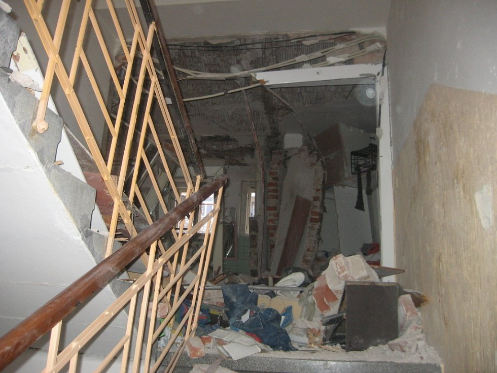 Dům ve Střelecké ulici v Hradci Králové zdemolovaný výbuchem plynu. Fotografie Hasičského záchranného sboru KHK