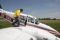 Letadlo s porouchaným podvozkem, které kroužilo nad Hradcem, muselo přistát nouzově. (pátek 11. června 2010)