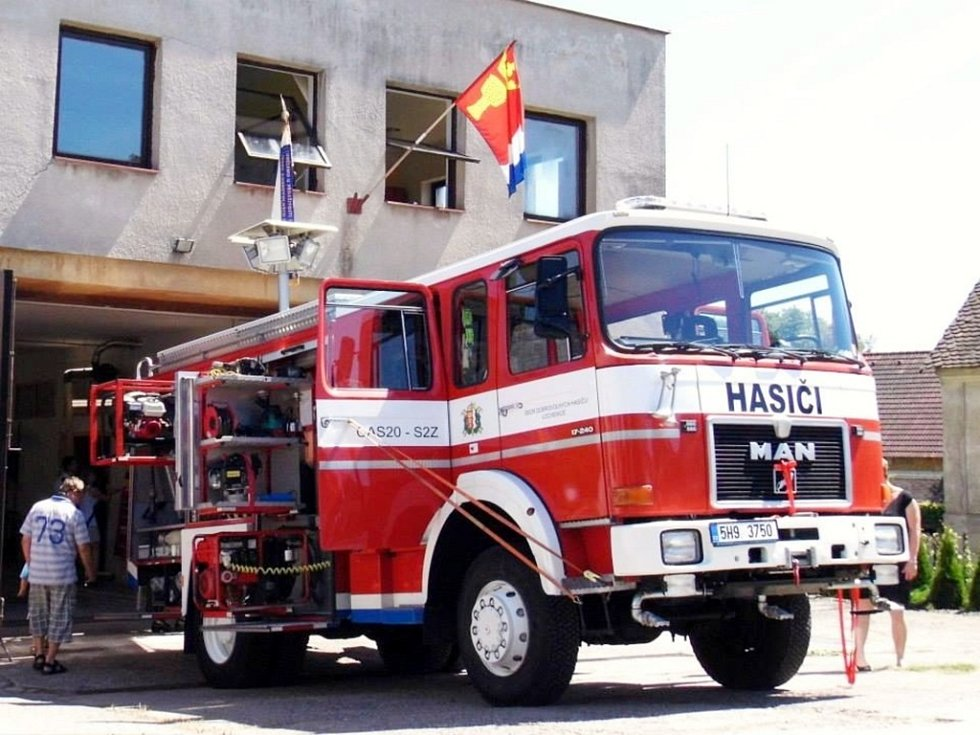 Slavnostní předání cisternové automobilové stříkačky SDH Lochenice.