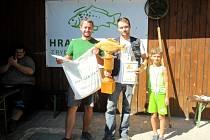 Konec prázdnin s udičkou - uprostřed s pohárem vítěz Pavel Štěpánek z Bělče nad Orlicí.