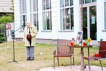 Připomínka památky Václava Havla před hradeckou městskou knihovnou.