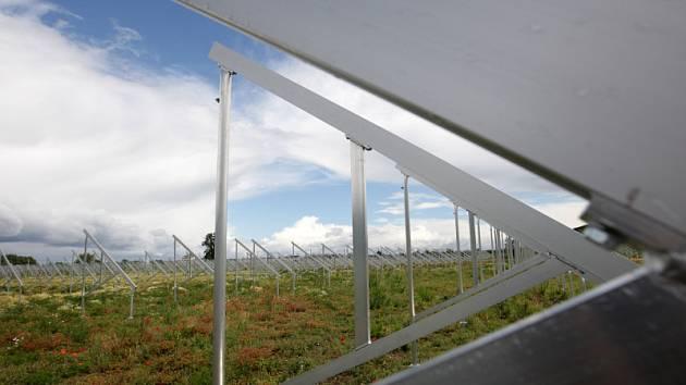 V blízkosti Hradce Králové vyrůstá elektrárna, která bude využívat solární energii.