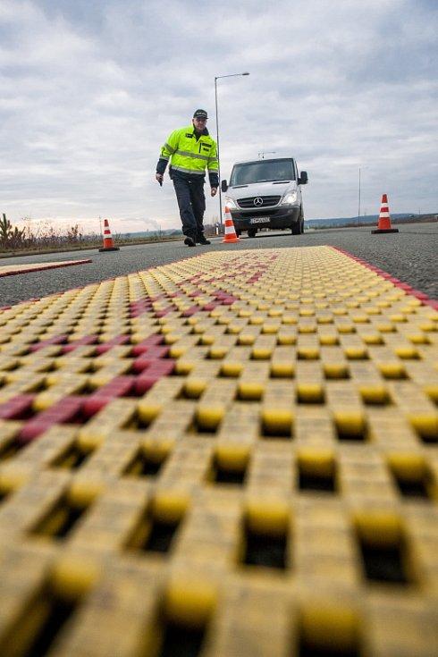 Celníci a policisté při kontrolách vozidel na dálnici D11.