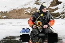 Hasiči záchranného sboru Královehradeckého kraje prováděli 23. února cvičení potápěčů pod ledem na opatovickém písniku.