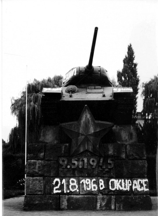 Památník Rudé armády v Hradci Králové na nám. Osvoboditelů v srpnových dnech.