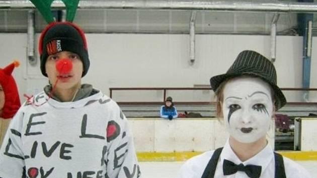 Žáci ZŠ Sion J. A. Komenského Hradec Králové v maskách na ledové ploše malé haly zimního stadionu.
