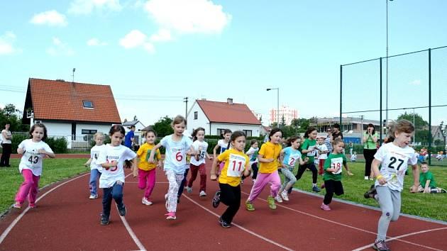 Atletické hrátky mateřských škol na hřišti hradecké ZŠ Štefcova.