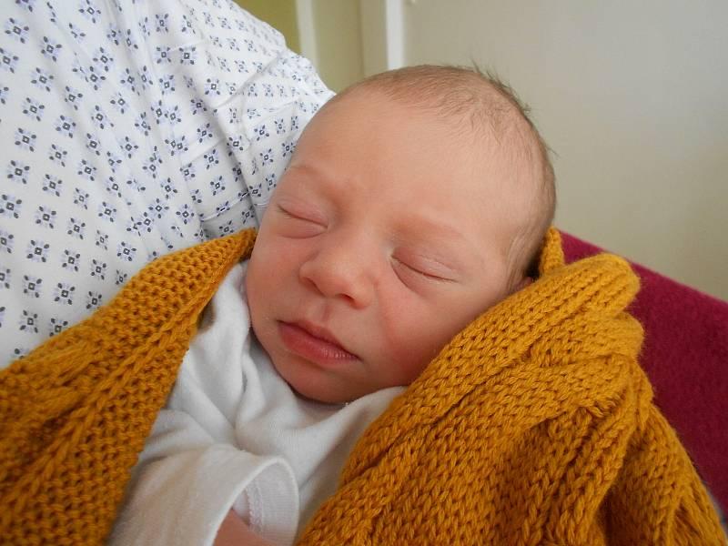 TADEÁŠ FUKA poprvé spatřil světla 27. září ve 12.03 hodin. Měřil 49 cm a vážil 3000 g. Obrovskou radost udělal svým rodičům Marii Fukové a Viktoru Fukovi z Bartoňovic. Doma se těší bráška Viktor.