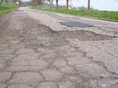 Rozbitá silnice mezi Starým Bydžovem a Hlušicemi.