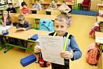 I když si školáci v pondělí  domů odnášeli pololetní vysvědčení, na prázdniny si ještě počkají.
