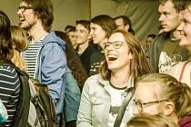 Obecenstvo na divadelním festivalu.