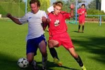 Fotbalová Albron III. třída: vlevo hráč klubu Velichovek.