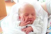 SEBASTIAN SMETANA poprvé otevřel oči 17. června v 13.18 hodin. Měřil 50 centimetrů, vážil 2410 gramů a potěšil rodiče Lucii a Jaroslava se sestrou Lindou z Náchoda.
