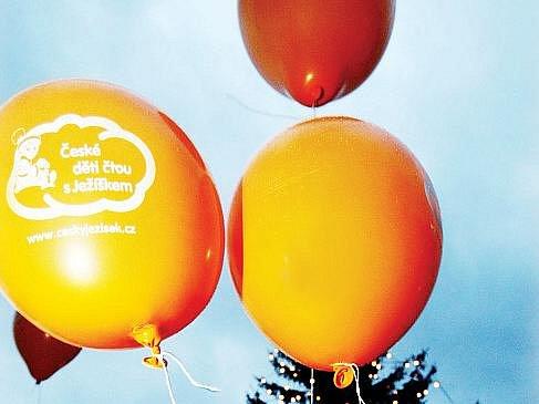 Balonky na obloze protestovaly proti Santa Clausovi o tradičních českých Vánocích.