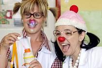 Mezinárodní den dětí přijeli do královéhradecké fakultní nemocnice oslavit také zdravotní klauni. Ti si přivezli speciální program, při němž se malí pacienti na Pediatrické klinice bavili více než tři hodiny.