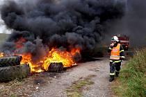 Požár odpadu a pneumatik ve Stihňově.