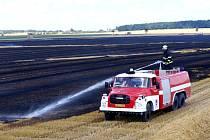 Rozsáhlý požár balíků slámy na poli u obce Boharyně na Hradecku.