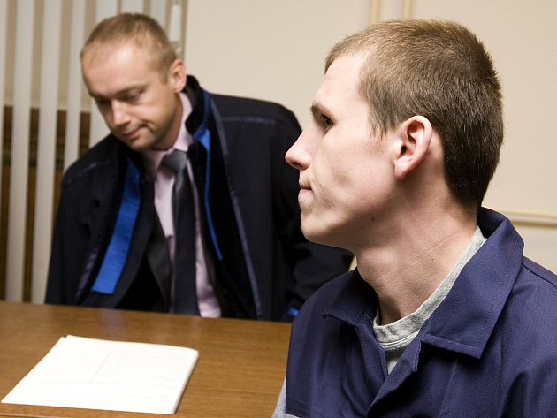 Dvaadvacetiletý Jurijs Vasiljevs z Lotyšska před královéhradeckým soudem.