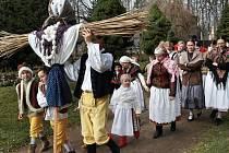Hradecké folklorní soubory hodily do řeky symbol zimy