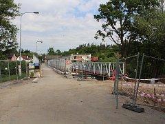 Od začátku června začne chodcům a cyklistům sloužit provizorní lávka. Tu dělnici usadili v pondělí.