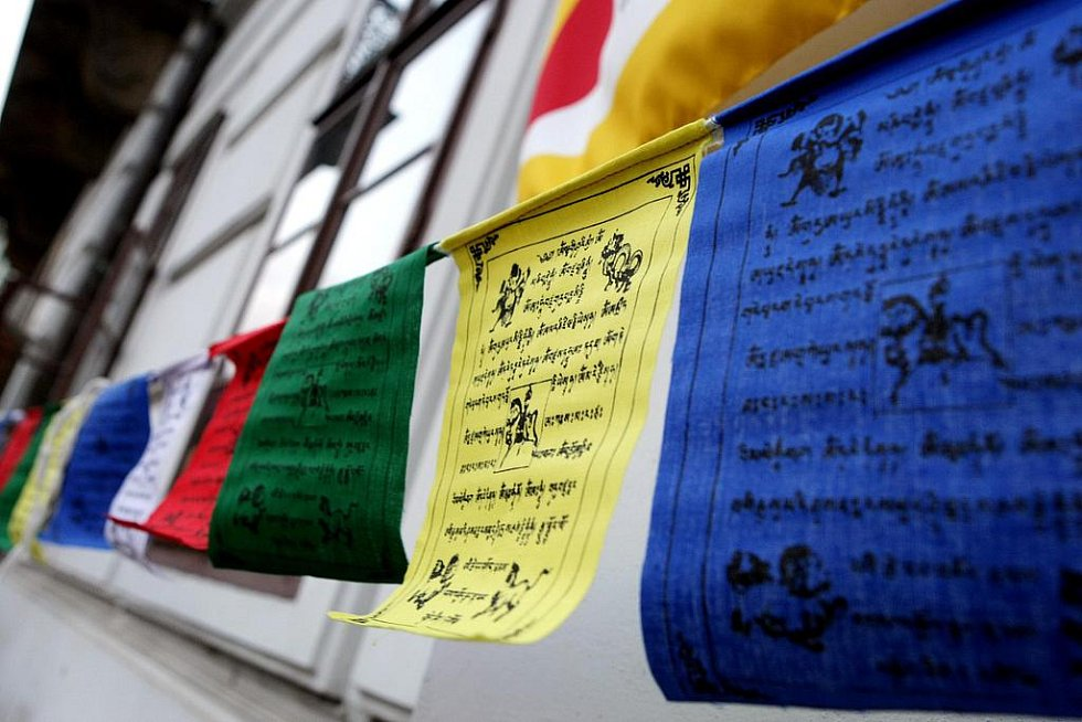Desátého března se na celém světě vyvěšuje vlajka Tibetu. V roce 1959 byl totiž Tibet násilně obsazen Čínou.