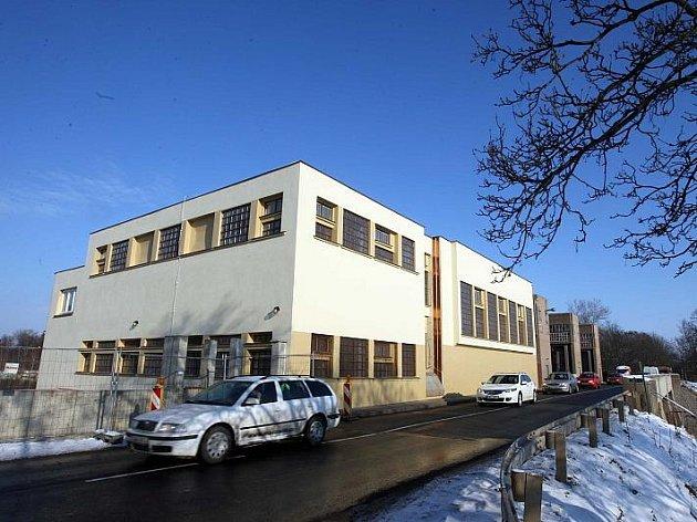 Lešení je pryč. Oprava fasády malé vodní elektrárny na Labi v Předměřicích už skončila.