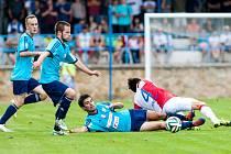 Fotbalisté SK Union 2013 (modří) v pohárovém duelu s pražskou Slavií.
